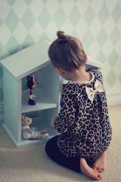 http://makoweczki.pl/.  Love the sweet simplicity of this dollhouse. Leaves room for imagination.
