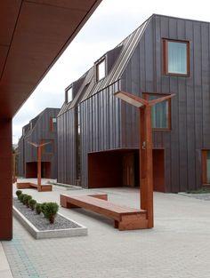 Materialbruk, lukket fasade mot veien og åpen inn mot fellesareal                                           Hiiu Lõvi (HIIU) / Alver Arhitektid