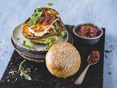 Halloumi- og søtpotetburger med avokado og krydret tomatmarmelade     Godt.no Always Hungry, Halloumi, Grilling Recipes, Salmon Burgers, Avocado Toast, Food And Drink, Veggies, Vegetarian, Vegan