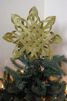 Turn glitter cardstock into a cool, star tree-topper! Printed card-stock would probably be cool, too! It would be cool to make a bunch of these in different sizes and hang them from the ceiling or in the window! Definitely a great window decoration! Diy Christmas Tree Garland, Diy Christmas Star, Homemade Christmas Tree, Paper Christmas Decorations, Christmas Tree Toppers, Christmas Paper, Christmas Ornaments, Star Tree Topper, Diy Tree Topper