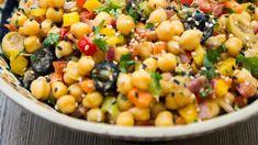 Cizrnový salát je plný výrazných chutí, vůní a hlavně bílkovin! Seitan, Metabolism, Tofu, Beans, Vegetables, Red Peppers, Vegetable Recipes, Beans Recipes, Veggies