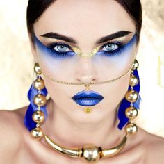 Cleopatra egyptian modern make up gold and blue. Blue and gold metallic lips and eyeshadow. Fantasy make up goddess for fashion editorial White Makeup, Gold Makeup, Lip Makeup, Contour Makeup, Beauty Makeup, Makeup Geek, Hair Beauty, Maquillage Halloween, Halloween Makeup