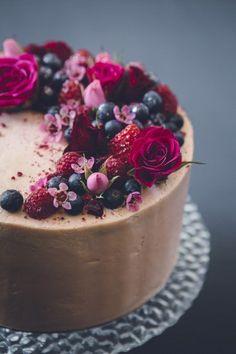 simple chocolate cake with berries and fresh flowers | Pinterest: Natalia Escaño #weddingcakes