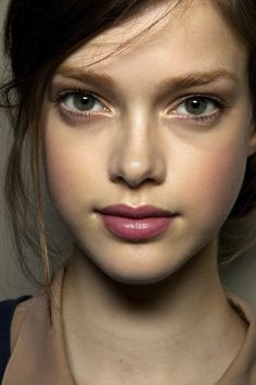 Love those eyebrows and the lip shade. Paired with the apricot cheek color, I'm simply mad for this great autumnal look.