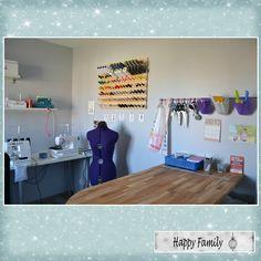 Organisation ergonomique avec table de travail et table de découpe! Coin Couture, Sewing Spaces, Sewing Rooms, Storage, Interior, Inspiration, Organiser, Design, Ranger