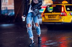 relaxed fit / boyfriend jeans / street style / blue jeans / distressed denim / understated cool / nyc / ankle boots / girl / casual style / taxi / redun
