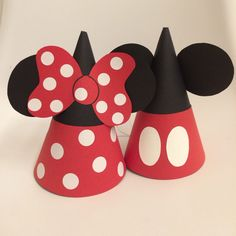 DIY Mickey  Minnie Mouse Party Hats for twins' 2nd birthday! Minnie Mouse Roja, Mickey Mouse Hat, Minnie Mouse 1st Birthday, Mickey Party, Mickey Mouse Parties, Birthday Diy, Birthday Party Decorations, Party Hats, Minnie Mouse Party