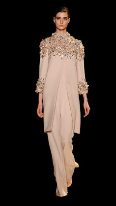ELIE SAAB Haute Couture Spring Summer inspiration for coat over ao dai for cold weather Couture Fashion, Hijab Fashion, Runway Fashion, Womens Fashion, Fashion Details, Love Fashion, Fashion Design, Beautiful Gowns, Beautiful Outfits