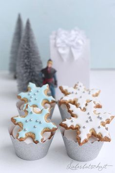 Frozen cupcakes (Fluffy Cupackes with caramel) Schnee Party, Frozen Cupcakes, Christmas Gifts, Christmas Decorations, Party Dishes, Caramel, Candle Holders, Happy Birthday, Candles