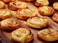 Puff pastry snails with salmon and cream cheese- Blätterteigschnecken mit Lachs und Frischkäse blaetterteigschnecken-lachs-fs. Vegetarian Pizza Recipe, Deep Dish Pizza Recipe, Snacks Pizza, Snails Recipe, Mushroom Pizza Recipes, Baking Courses, Best Pancake Recipe, Soup Appetizers, Party Finger Foods