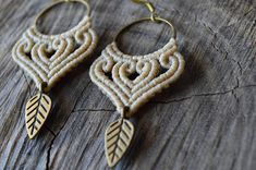 Macrame earrings with brass hoops with brass leaf | Boho - Hippie beige macrame earrings The metal components are all high quality brass and the cord is waxed. The size of the earrings is: - Width: 3 cm - Lenght: 5.5 cm For a different colour, please contact me with a convo and have something made just for you! See more earrings here: https://www.etsy.com/shop/IndigoMacrame?ref=hdr&section_id=19648964 Visit the shop here: https://www.etsy.com&#x...