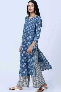 The Nur Amaira Kurta from Farida Gupta is a blend of sophistication and casual elegance. The classic straight silhouette makes it easy on the eyes, as does the cotton on the body. This indigo Kurta can be paired with the Nur Farsi, the Nur Boond Farsi, or even the Nur Narrow Pants. Add a dupatta, like the Nur Buti Dupatta or the Nur Leheriya Dupatta to complete this look. #faridagupta #nur #indigo #pardeiza #indianwear #kurta #kurti #indiandesigner #indianclothing