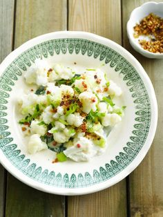 Bloemkoolsalade met mozzarella http://njam.tv/recepten/bloemkoolsalade-met-mozzarella
