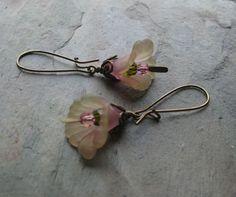 Delicate Lily Earrings Handmade Earrings Lucite Flower Earrings, Jewellery Earrings, Beaded Earrings, Earrings Handmade, Beaded Jewelry, Handmade Jewelry, Jewelry Crafts, Jewelry Ideas, Jewelry Design