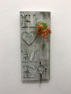 Porta chave de madeira pintado à mão. Pallet Crafts, Frame Crafts, Diy Pallet Projects, Wooden Crafts, Wood Projects, Diy And Crafts, Arts And Crafts, Arte Pallet, Pallet Art