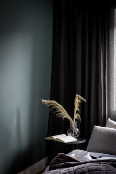 Modern apartment with stylish look and dark painted walls via Krone Kern Dark Painted Walls, Dark Walls, Dark Bedroom Walls, Gray Bedroom, Dark Bedrooms, Dark Furniture, Kitchen Furniture, Rustic Furniture, Furniture Nyc