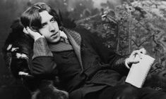"""""""El viaje de Oscar Wilde a Estados Unidos""""  POR Anthony Paletta  El escritor irlandés pasó un año en Estados Unidos, donde conoció a Henry James y Jefferso Davis, aunque fue un poeta el que realmente lo impresionó. Al respecto dijo: """"Aún tengo el beso de Walt Whitman en mis labios"""""""