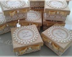 50-caixinhas-mdf-decoradas-catecismo Wedding Favors And Gifts, Disney Princess Birthday Party, Box Invitations, Wedding Glasses, Altered Boxes, Craft Organization, Box Design, Box Art, Wedding Cards