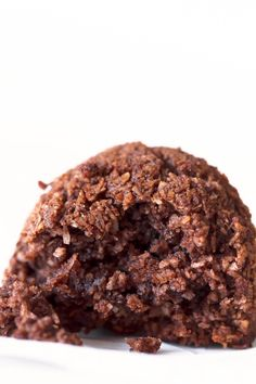 Sólo se necesitan 5 ingredientes para hacer estos macarons de coco y chocolate veganos y se preparan en menos de 30 minutos. ¡Son mi nueva obsesión!
