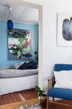 Makuuhuone on olohuoneen vieressä. Seinät maalattiin rauhallisen sininen sävyisiksi.