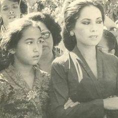 昔のデヴィ夫人の画像をあつめてみた。デヴィ夫人はテレビでおなじみの芸能人?!デヴィ夫人は19歳でインドネシアへ。スカルノ大統領失脚でフランスへ拠点を移動し社交界で活躍したことも。水着やグラビアの画像も探してみた。昔々デヴィ夫人が誕生した歴史の背景もご紹介。 Vintage Photographs, Vintage Photos, Dutch East Indies, Old Photography, Story Of The World, Founding Fathers, Kebaya, Old Pictures, Photo Studio