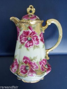 Vintage Royal Kinran Nippon chocolate pot - roses on white ground and gold, scalloped base - Japanese china chocolate pot Chocolate Cups, Chocolate Coffee, Vintage Coffee, Vintage Tea, Tea Pot Set, Teapots And Cups, How To Make Tea, Vintage Dishes, Tea Party