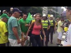 Manifestação contra o PT neste domingo 14/03/2016 -  No início da manifestação na avenida Paulista, em São Paulo, uma mulher desafiou a polícia. Carregando uma garrafa de espumante, ela provocou a equipe de choque da polícia. Jogou a garrafa em direção ao caminhão da polícia.   http://epoca.globo.com/tempo/noticia/2016/03/manifestacoes-de-13-de-marco-em-todo-o-brasil-acompanhe.html