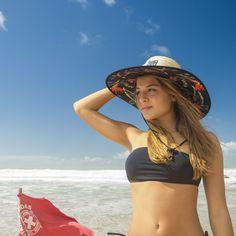 Chapéu de palha estampado com Estrelícias. Fundo escuro com cores vibrantes  e vivas f21513fad18