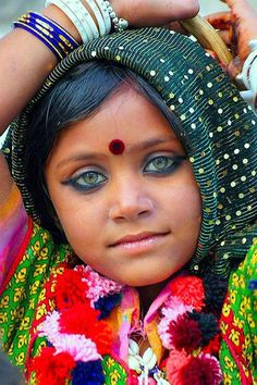 Connecting the World to Asian Culture! Pretty Eyes, Cool Eyes, Beautiful Eyes, Beautiful World, Beautiful People, Kids Around The World, People Around The World, Around The Worlds, Steve Mccurry