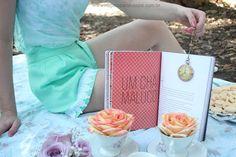 Ensaio Retrô: Garupa + Boutique da Pri - Na Garupa da Vespa  #picnic #vintagepicnic #picnicphotoshoot #flowers #roses #tea