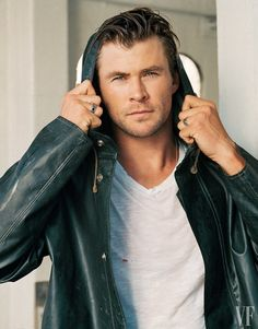 Chris Hemsworth is enlisted to celebrate the holidays with Vanity Fair. Photographed for a special cover feature by Bruce Weber, Hemsworth poses for charming… Chris Hemsworth Thor, Chris Pratt, Chris Evans, Hot Actors, Actors & Actresses, Snowwhite And The Huntsman, Hemsworth Brothers, Elsa Pataky, Australian Actors