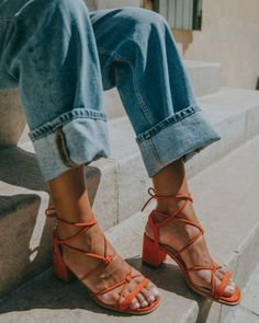 Duo We Love: sandália + jeans High Heel Pumps, Pump Shoes, Shoes Heels, Ankle Strap Block Heel, Office Shoes, Designer Sandals, Lookbook, Look Chic, Strappy Sandals