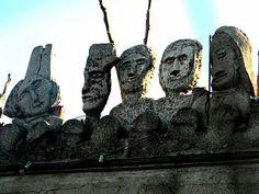 Cammarata (Messina). Le teste in cima alla facciata, un richiamo alla villa del Principe di Palagonia