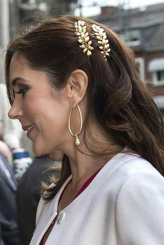 De kongelige mestrer kunsten at vælge smuk hårpynt, der altid stjæler billedet. Vi har samlet et galleri med den kongelige hårpynt.