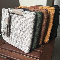 Marvelous Crochet A Shell Stitch Purse Bag Ideas. Wonderful Crochet A Shell Stitch Purse Bag Ideas. Bag Crochet, Mode Crochet, Crochet Shell Stitch, Crochet Clutch, Crochet Handbags, Crochet Stitches, Crochet Wallet, Crochet Backpack, Crochet Purses
