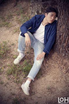 Kim junto al árbol (Kim next to tree). Fotografía de Luis Otero Huarotte / modelo: Jaeho Kim  #korean #koreanboy #koreanstyle #koreanmodel #koreanman #koreanguy #coreanos #coreano #outsidephotography #outsidephotoshoot #exteriores #fotografiaexteriores #asianboy #asianmodel #asianman #asianphotography #korea #coreadelsur #southkorean