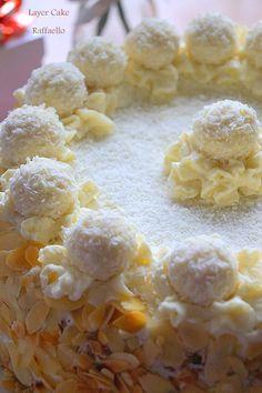 Layer cake au Raffaello - Nora K. Cupcake Recipes, Baking Recipes, Dessert Recipes, My Dessert, Dessert For Dinner, Cheap Clean Eating, Clean Eating Snacks, Patisserie Design, Surprise Cake