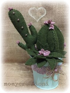 pianta artificiale in pannolenci Felt Flowers, Diy Flowers, Crochet Flowers, Fabric Flowers, Felt Crafts, Diy And Crafts, Arts And Crafts, Cactus Craft, Felt Succulents