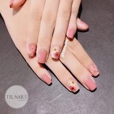 Hoa khô đắt hàng quá ;)) #ttlnails ----------------------------- TTL   Nails 💅 T làm ở nhà chứ không phải tiệm nhé ạ (mình không nhận làm… Best Acrylic Nails, Gel Nail Art, Manicure And Pedicure, Nail Designs Pictures, Nail Art Designs, Korean Nail Art, Nail Forms, Stylish Nails, Flower Nails