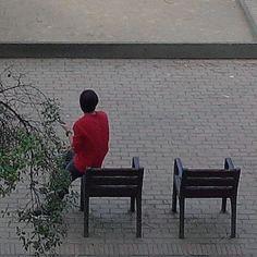 El noi de la samarreta vermella.