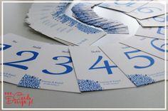 Dekoracje ślubne - kolor przewodni ślubu niebieski - winietki, pudełeczka dla gości z migdałami, numery stołów, tablica usadzenia gości, pamiątkowe drzewo z odbiciami palców www.cardsdesign.pl