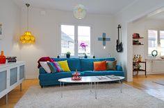 Hermosa Sala Blanca con Sofá Azul - Para Más Información Ingresa en: http://fotosdedecoraciondesalas.com/hermosa-sala-blanca-con-sofa-azul/