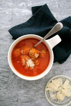 Tomatsuppe med pasta og kyllingkjøttboller - Mat på bordet