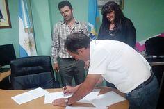 El Gobierno del Chubut concretó importante aporte para financiar proyectos de Bosques en El Hoyo http://www.ambitosur.com.ar/el-gobierno-del-chubut-concreto-importante-aporte-para-financiar-proyectos-de-bosques-en-el-hoyo/ El Estado Provincial, representado por la ministra de Desarrollo Territorial y Sectores Productivos, Gabriela Dufour, rubricó un acuerdo para llevar adelante proyectos de reforestación en El Hoyo y zona aledaña.     La Provincia del Chubut, a través de