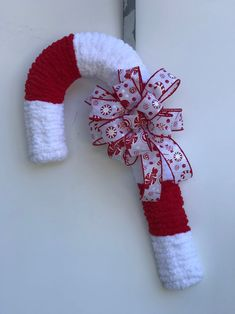 Christmas Candy Cane Decorations, Christmas Ribbon, Holiday Wreaths, Christmas Crafts, Christmas Ideas, Christmas Christmas, Candy Cane Wreath, Candy Canes, Diy Weihnachten