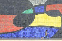 Espagne, Barcelone, Catalogne, Barcelone, aéroport avec fresque de Joan Miró © Ludovic MAISANT