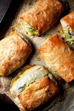 Spanakopita - Greek spinach and feta strudel. Looks yummy! I Love Food, Good Food, Yummy Food, Delicious Recipes, Easy Recipes, Smoothies Vegan, Vegetarian Recipes, Cooking Recipes, Cooking Pork
