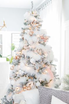 White and Rose Gold Christmas Tree decorations? The perfect tree does exist 😍 Christmas Tree Garland, Decoration Christmas, Beautiful Christmas Trees, Noel Christmas, Winter Christmas, Vintage Christmas, Christmas Ideas, White Christmas Trees, Christmas Tree Feathers
