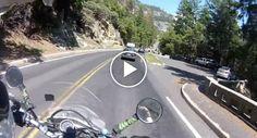 Motociclista Distrai-se Com a Bonita Paisagem e Esquece-se Do Carro Da Frente