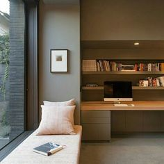 Office com área de leitura.
